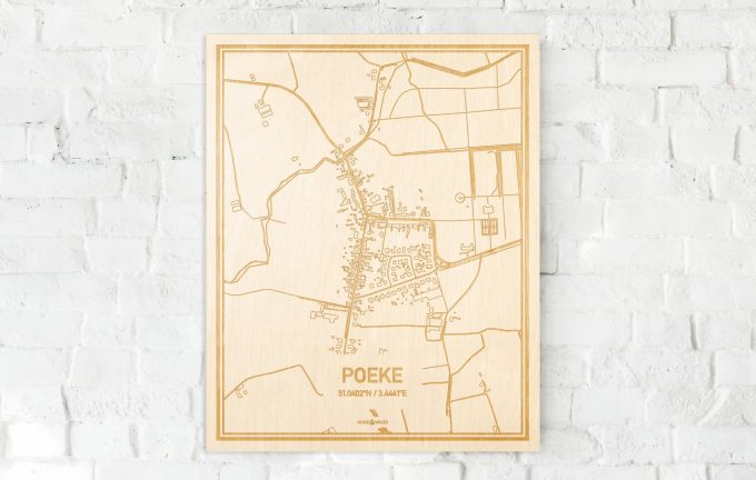 De kaart Poeke aan een witte bakstenen muur. Prachtige persoonlijke muurdecoratie. Lasers graveren Poeke haar straten, buurten en huizen waardoor een schitterende plaats in Oost-Vlaanderen  mooi in kaart gebracht wordt.