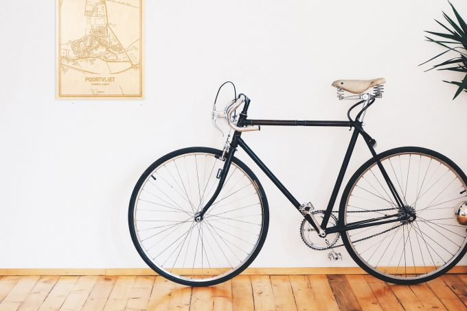 Een snelle fiets in een uniek interieur in Zeeland met mooie decoratie zoals de plattegrond Poortvliet.