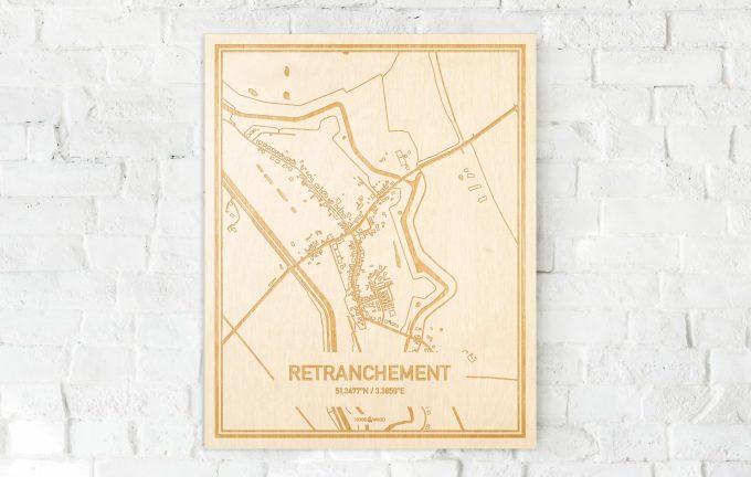 De kaart Retranchement aan een witte bakstenen muur. Prachtige persoonlijke muurdecoratie. Lasers graveren Retranchement haar straten, buurten en huizen waardoor een prachtige plaats in Zeeland mooi in kaart gebracht wordt.