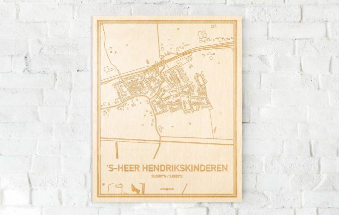 De kaart 's-Heer Hendrikskinderen aan een witte bakstenen muur. Prachtige persoonlijke muurdecoratie. Lasers graveren 's-Heer Hendrikskinderen haar straten, buurten en huizen waardoor een bijzondere plaats in Zeeland mooi in kaart gebracht wordt.