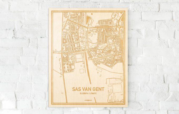 De kaart Sas van Gent aan een witte bakstenen muur. Prachtige persoonlijke muurdecoratie. Lasers graveren Sas van Gent haar straten, buurten en huizen waardoor een unieke plaats in Zeeland mooi in kaart gebracht wordt.