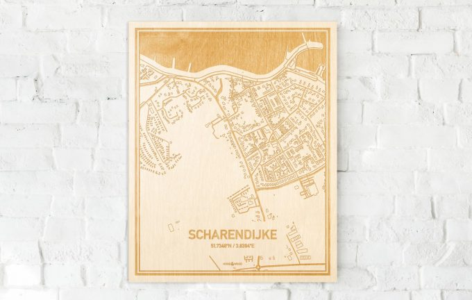 De kaart Scharendijke aan een witte bakstenen muur. Prachtige persoonlijke muurdecoratie. Lasers graveren Scharendijke haar straten, buurten en huizen waardoor een originele plaats in Zeeland mooi in kaart gebracht wordt.