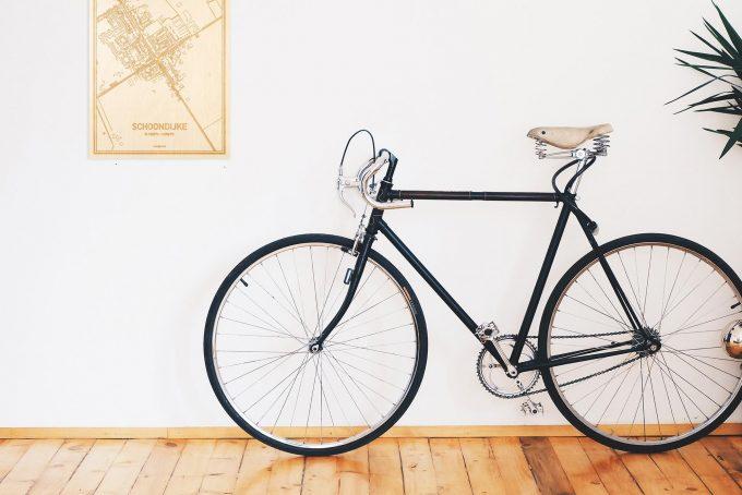 Een snelle fiets in een uniek interieur in Zeeland met mooie decoratie zoals de plattegrond Schoondijke.