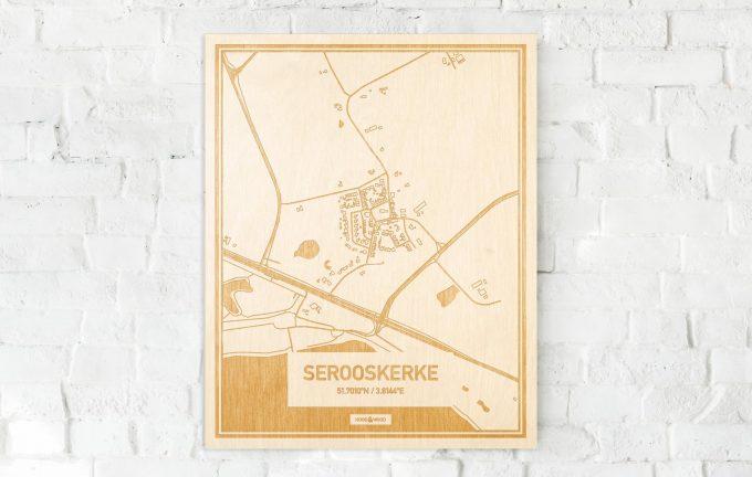 De kaart Serooskerke aan een witte bakstenen muur. Prachtige persoonlijke muurdecoratie. Lasers graveren Serooskerke haar straten, buurten en huizen waardoor een prachtige plaats in Zeeland mooi in kaart gebracht wordt.