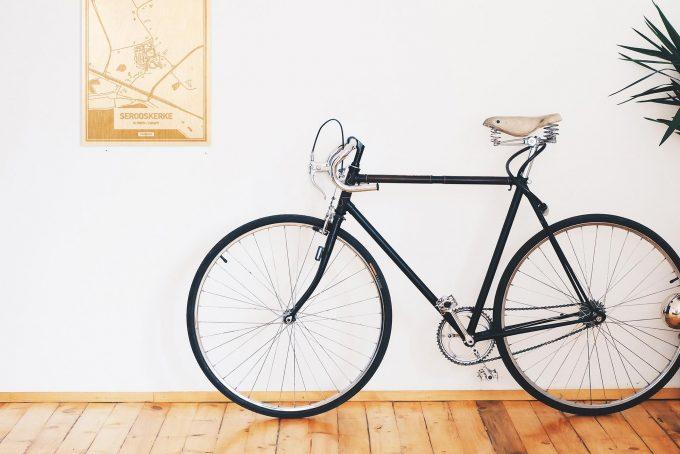 Een snelle fiets in een uniek interieur in Zeeland met mooie decoratie zoals de plattegrond Serooskerke.