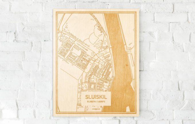 De kaart Sluiskil aan een witte bakstenen muur. Prachtige persoonlijke muurdecoratie. Lasers graveren Sluiskil haar straten, buurten en huizen waardoor een stijlvolle plaats in Zeeland mooi in kaart gebracht wordt.