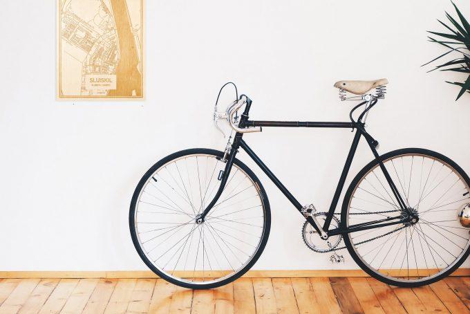 Een snelle fiets in een uniek interieur in Zeeland met mooie decoratie zoals de plattegrond Sluiskil.