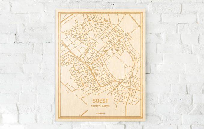 De kaart Soest aan een witte bakstenen muur. Prachtige persoonlijke muurdecoratie. Lasers graveren Soest haar straten, buurten en huizen waardoor een stijlvolle plaats in Utrecht mooi in kaart gebracht wordt.
