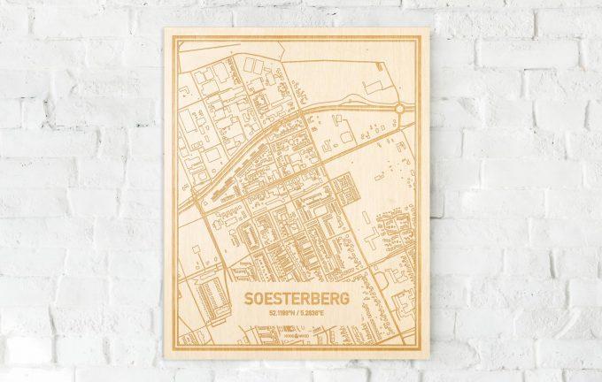 De kaart Soesterberg aan een witte bakstenen muur. Prachtige persoonlijke muurdecoratie. Lasers graveren Soesterberg haar straten, buurten en huizen waardoor een unieke plaats in Utrecht mooi in kaart gebracht wordt.