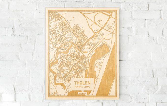 De kaart Tholen aan een witte bakstenen muur. Prachtige persoonlijke muurdecoratie. Lasers graveren Tholen haar straten, buurten en huizen waardoor een speciale plaats in Zeeland mooi in kaart gebracht wordt.