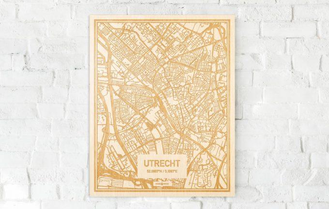 De kaart Utrecht aan een witte bakstenen muur. Prachtige persoonlijke muurdecoratie. Lasers graveren Utrecht haar straten, buurten en huizen waardoor een unieke plaats in Utrecht mooi in kaart gebracht wordt.