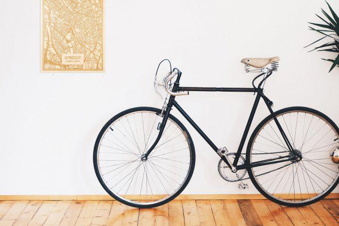 Een snelle fiets in een uniek interieur in Utrecht met mooie decoratie zoals de plattegrond Utrecht.