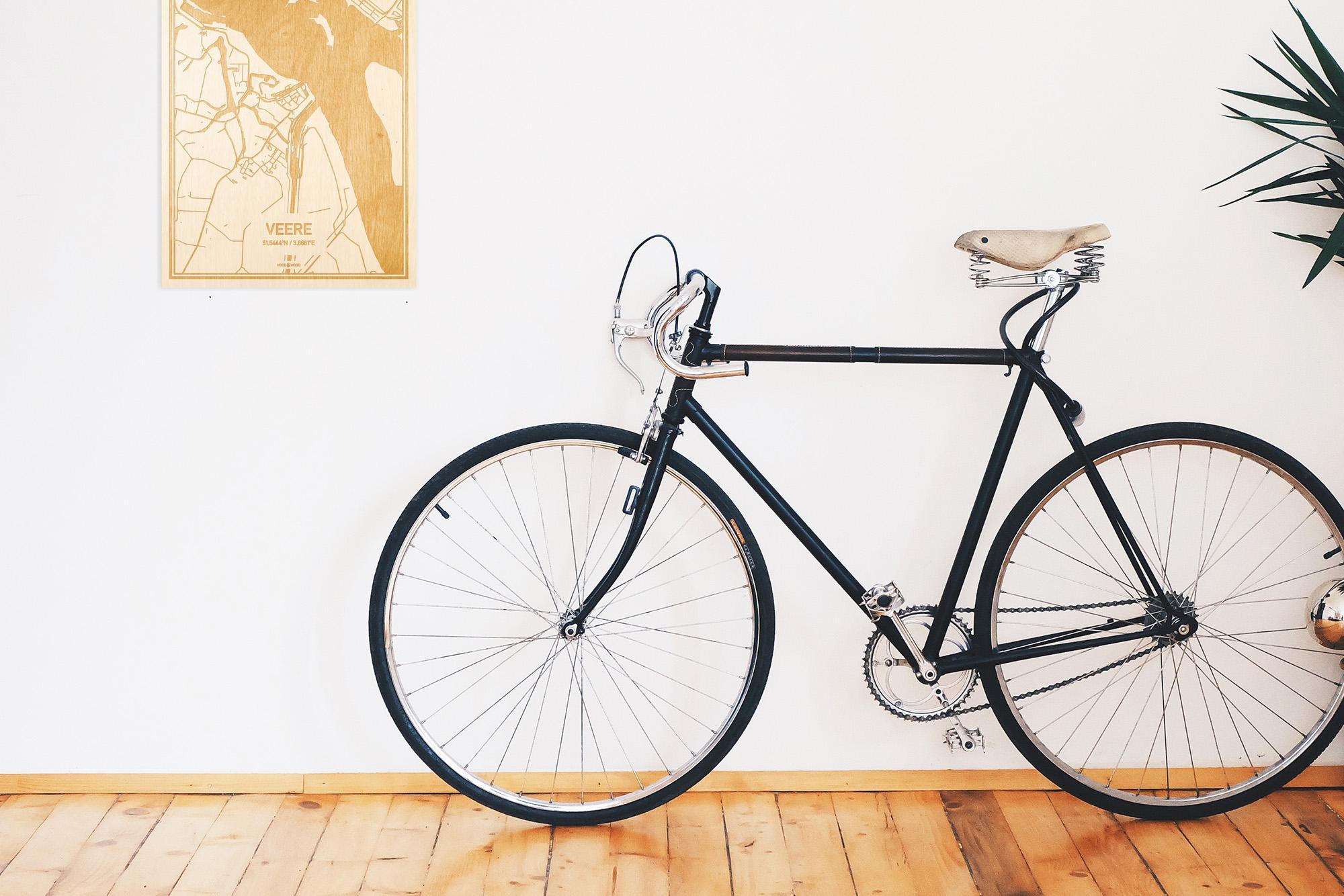 Een snelle fiets in een uniek interieur in Zeeland met mooie decoratie zoals de plattegrond Veere.