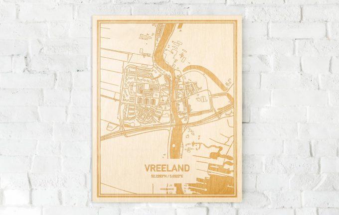 De kaart Vreeland aan een witte bakstenen muur. Prachtige persoonlijke muurdecoratie. Lasers graveren Vreeland haar straten, buurten en huizen waardoor een stijlvolle plaats in Utrecht mooi in kaart gebracht wordt.