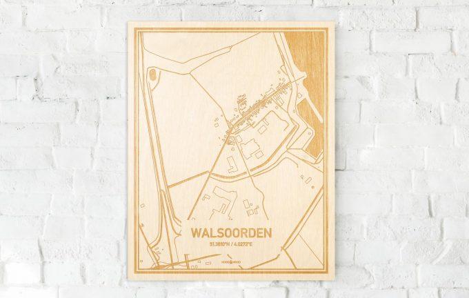 De kaart Walsoorden aan een witte bakstenen muur. Prachtige persoonlijke muurdecoratie. Lasers graveren Walsoorden haar straten, buurten en huizen waardoor een opvallende plaats in Zeeland mooi in kaart gebracht wordt.