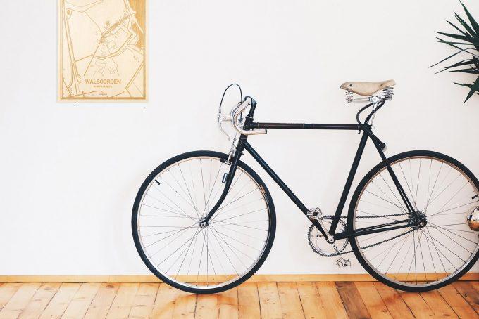 Een snelle fiets in een uniek interieur in Zeeland met mooie decoratie zoals de plattegrond Walsoorden.
