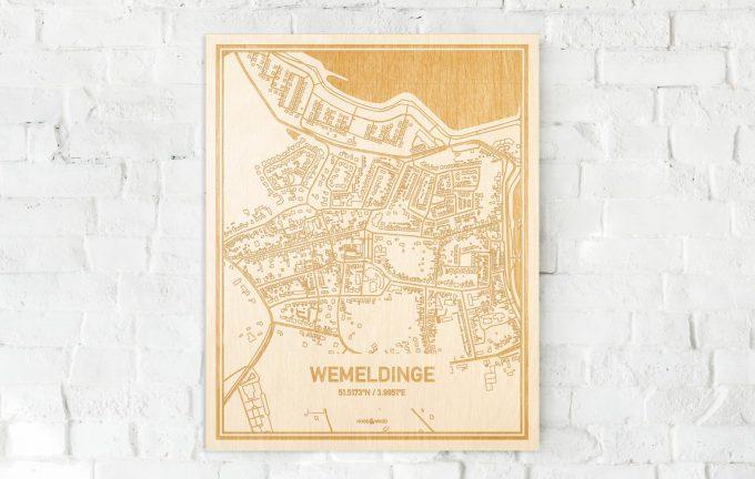 De kaart Wemeldinge aan een witte bakstenen muur. Prachtige persoonlijke muurdecoratie. Lasers graveren Wemeldinge haar straten, buurten en huizen waardoor een moderne plaats in Zeeland mooi in kaart gebracht wordt.