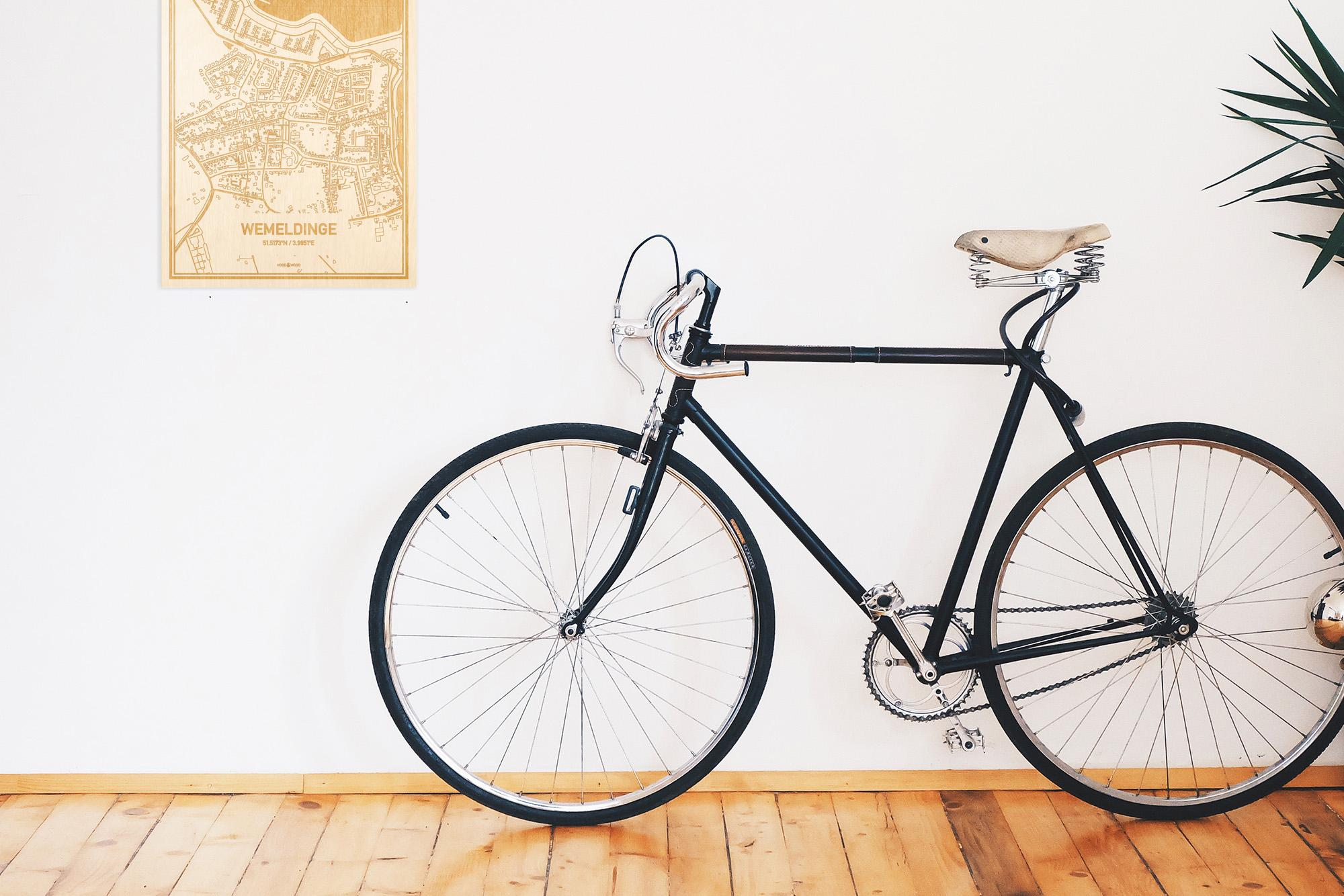 Een snelle fiets in een uniek interieur in Zeeland met mooie decoratie zoals de plattegrond Wemeldinge.