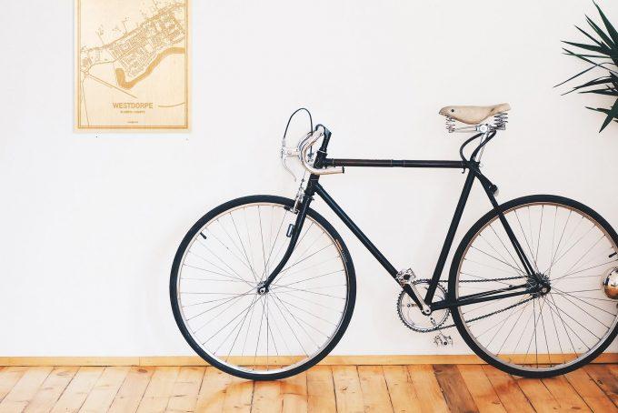 Een snelle fiets in een uniek interieur in Zeeland met mooie decoratie zoals de plattegrond Westdorpe.
