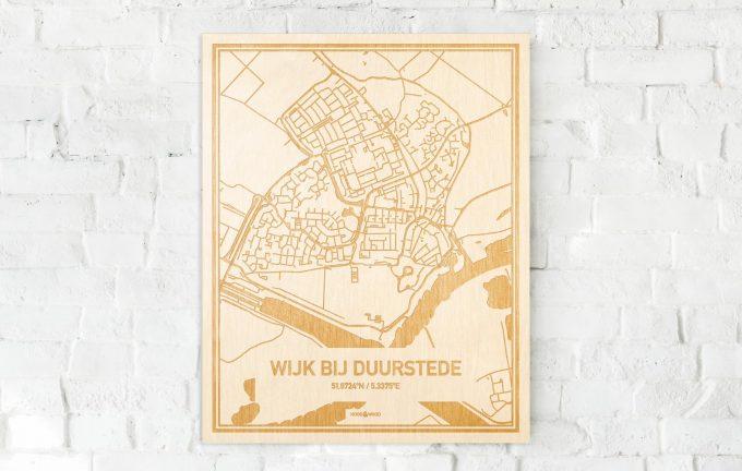 De kaart Wijk bij Duurstede aan een witte bakstenen muur. Prachtige persoonlijke muurdecoratie. Lasers graveren Wijk bij Duurstede haar straten, buurten en huizen waardoor een unieke plaats in Utrecht mooi in kaart gebracht wordt.
