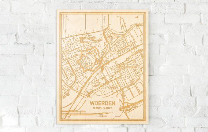De kaart Woerden aan een witte bakstenen muur. Prachtige persoonlijke muurdecoratie. Lasers graveren Woerden haar straten, buurten en huizen waardoor een originele plaats in Utrecht mooi in kaart gebracht wordt.