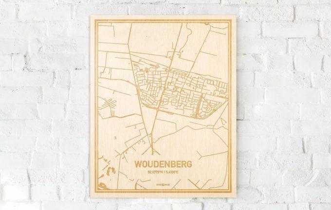 De kaart Woudenberg aan een witte bakstenen muur. Prachtige persoonlijke muurdecoratie. Lasers graveren Woudenberg haar straten, buurten en huizen waardoor een speciale plaats in Utrecht mooi in kaart gebracht wordt.