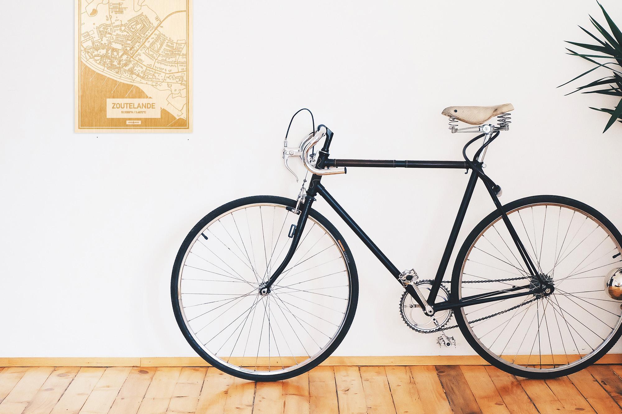 Een snelle fiets in een uniek interieur in Zeeland met mooie decoratie zoals de plattegrond Zoutelande.